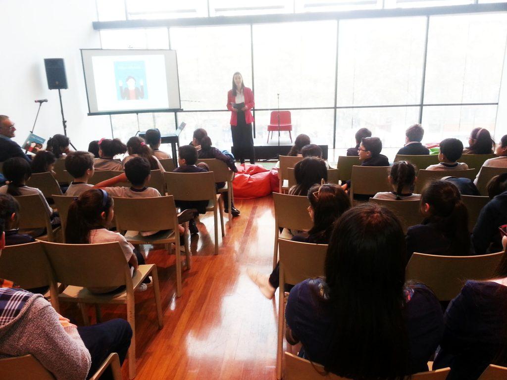 Nicole Ehrenfeld en el lanzamiento del libro La incansable Olga Oleinik. Iniciativa Milenio.